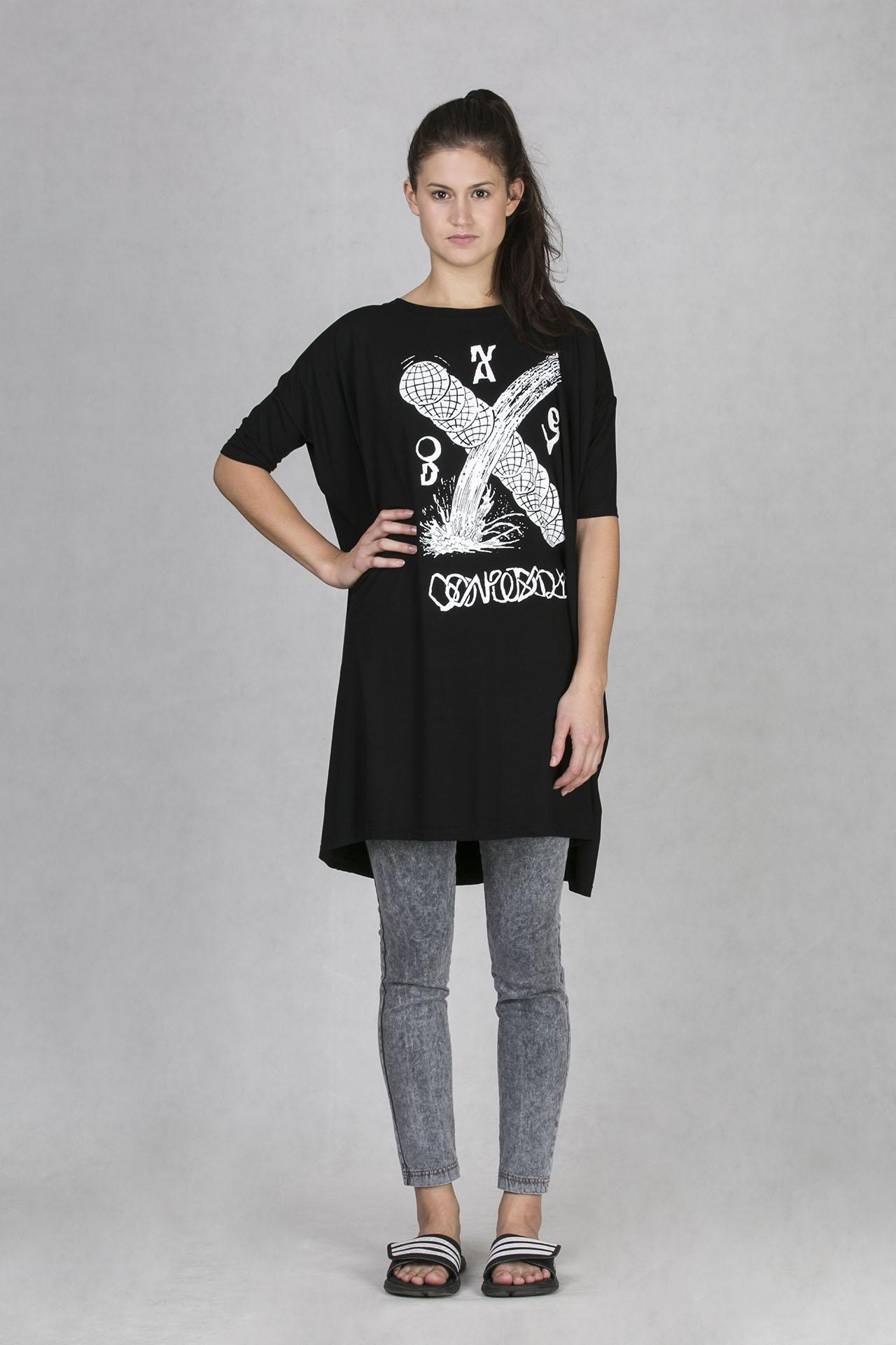 Oneday dámské tričko v prodloužené délce černé s bílým s potiskem z  limitované kolekce s českým umělcem Alexeyem Klyuykovem a4a9611c5b