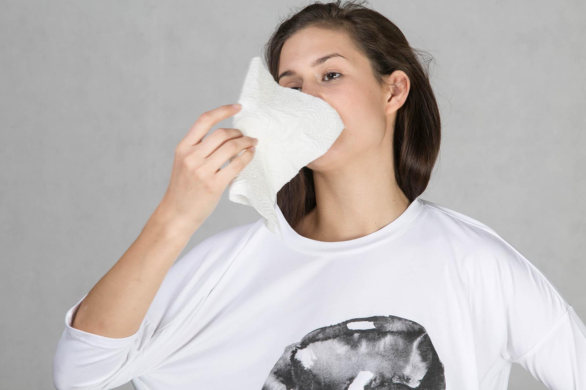 Oneday dámské oversized tričko bílé v prodloužené délce z příjemného  viskózového úpletu s barevným potiskem z limitované kolekce s českým  umělcem Vítem ... 5967dd7e47