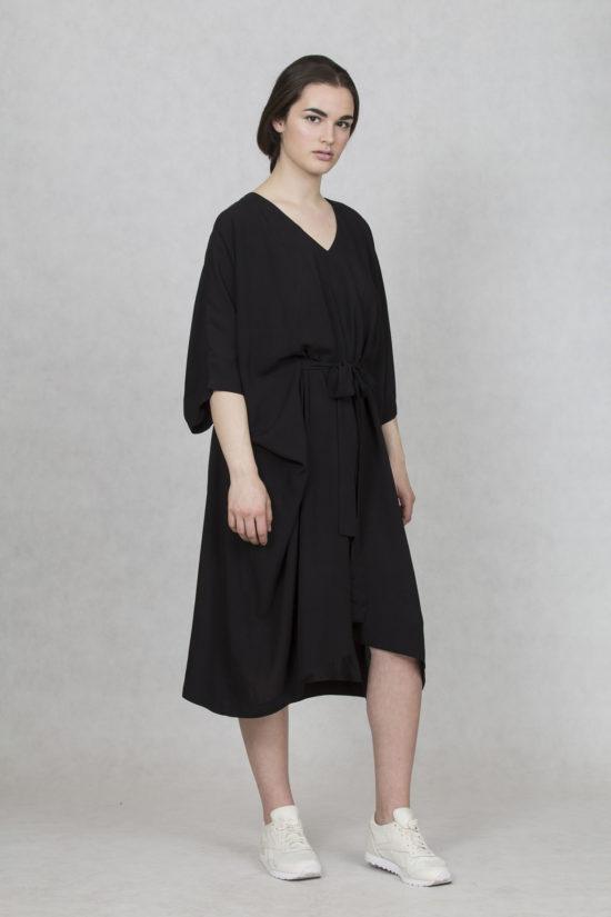 86ac7571d7b5 Oneday oversized šaty černé v midi délce. Šaty mají výstřih V a  tříčtvrteční volný rukáv