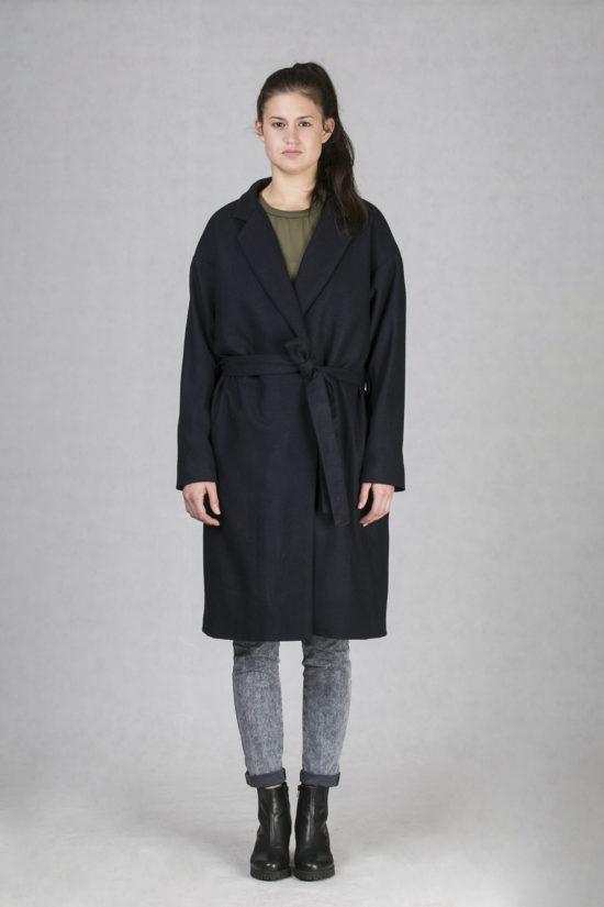 Dámský jarní kabát modrý s délkou pod kolena je ideální kousek pro jarní  počasí. Minimalistický f2cef26783