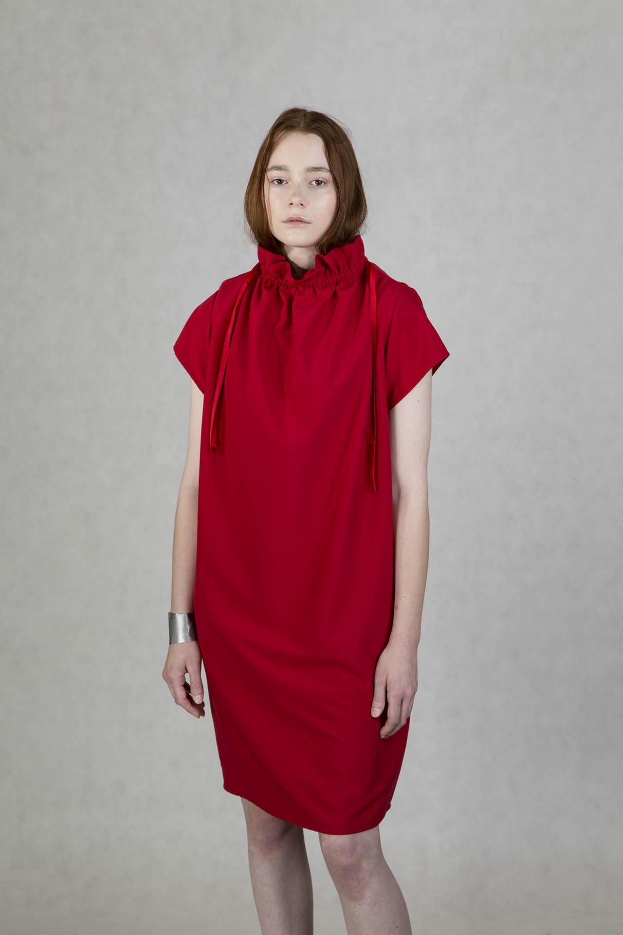 Sleva. Oneday společenské šaty krátké s řaseným límečkem v krásně červené  barvě 9ac6883889d