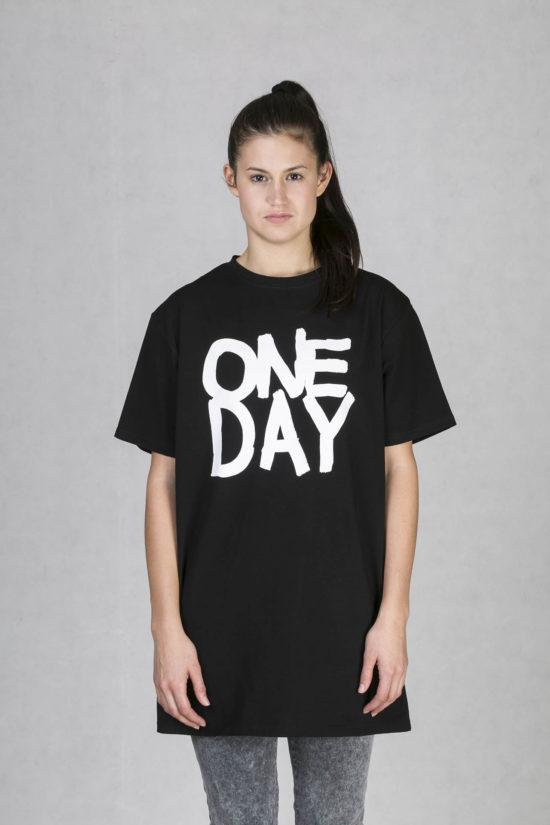 Oneday oversized tričko černé v prodloužené délce z příjemného bavlněného  úpletu s barevným potiskem z limitované 37cc095365