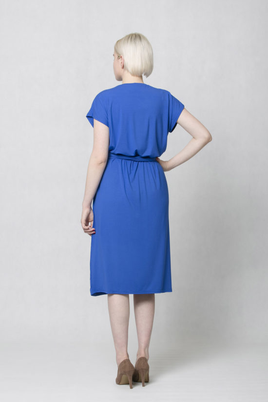 658439f249d Oneday variabilní šaty modré s krátkým rukávem a lehce přepadlými rameny.  Šaty jsou volnějšího střihu