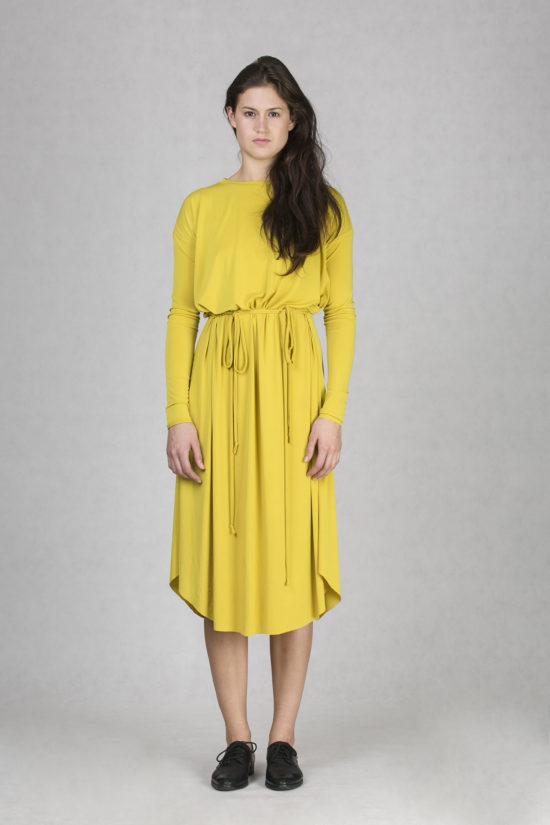 Oneday variabilní šaty okrové s dlouhým rukávem a lehce přepadlými rameny.  Šaty jsou volnějšího střihu 60d729b7ec