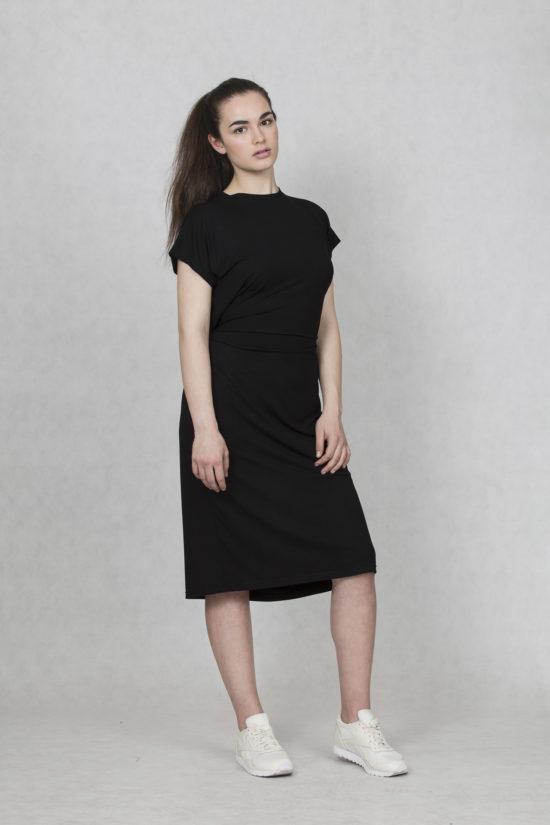 Oneday variabilní šaty černé s krátkým rukávem a lehce přepadlými rameny.  Šaty jsou volnějšího střihu e9bf0b25b4