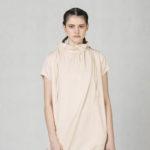 Šaty s řaseným límcem béžové